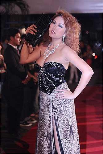 Ngoài biệt danh nữ hoàng dao kéo, Phi Thanh Vân còn được biết đến với thương hiệu thảm họa thời trang
