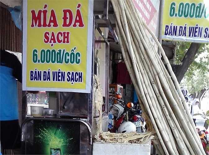 Với giá chỉ 6.000 đến 10.000 đồng/cốc, nước mía thành thức uống giải nhiệt phổ biến ở Hà Nội .