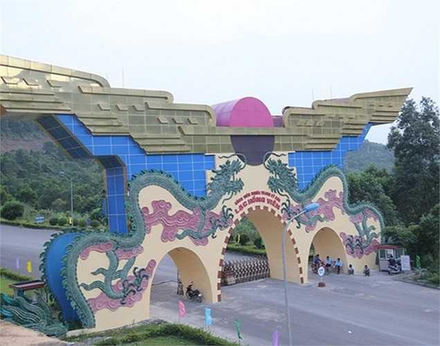 Lạc Hồng Viên là công viên nghĩa trang hiện đại và đẹp nhất Việt Nam, tọa lạc trên khuôn viên 9 quả đồi rộng 98 ha tại huyện Kỳ Sơn, tỉnh Hòa Bình, ngay sát trục đường Quốc lộ 6, cách trung tâm Hà Nội 52 km và cách thành phố Hòa Bình 20km.