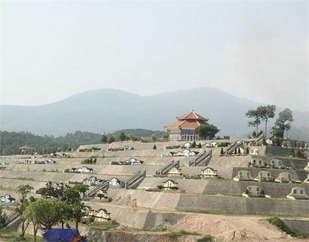 Các phần mộ ở đây được bố trí dựa trên nghiên cứu phong thủy và mô hình bát quái theo mệnh người đã khuất. Mộ tại nghĩa trang được thiết kế đa dạng từ mộ đơn, mộ đôi đến phần mộ gia tộc được bố trí trên 6 đồi: Kim, Mộc, Thủy, Hỏa, Thổ và Tượng Phật. Đồi Tượng Phật cao nhất, có địa thế đẹp nhất, được bán với giá 8-9 triệu đồng/m2 (mộ lẻ).