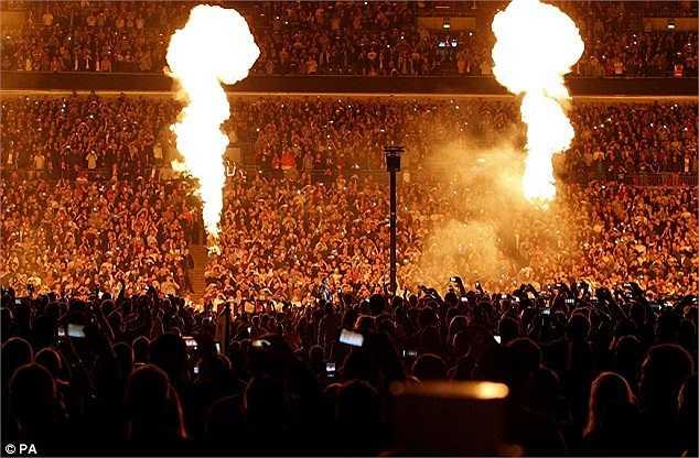 Trận đấu được tổ chức trên sân vận động Wembley với sự theo dõi của 80.000 người.