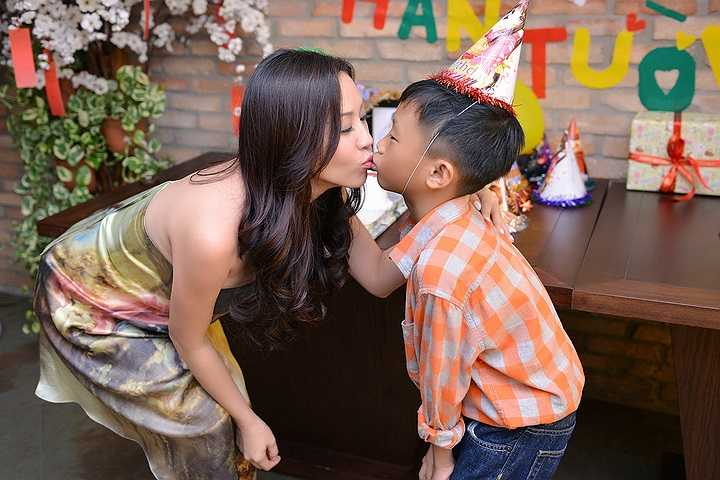 Hàn Tường – tên con trai út của Thu Hoài, bé còn có nickname là Bảo Bảo, mặc dù mới 7 tuổi nhưng cu cậu được Mẹ rèn luyện cho tính tự lập từ rất sớm