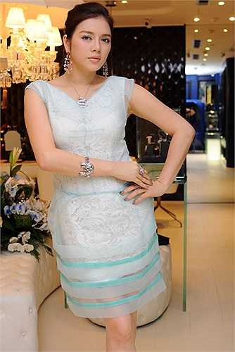 Lý Nhã Kỳ sẽ thắng cử Đại sứ du lịch Việt Nam lần thứ hai khi khéo khoe của nả với kim cương trăm tỷ, nhà triệu USD, cửa hàng kinh doanh đổ hàng hiệu xa xỉ.