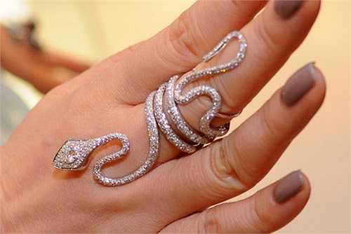 Bộ nữ trang cô đeo đầu tiên có giá 10 tỷ là bộ trang sức kim cương hình con rắn.