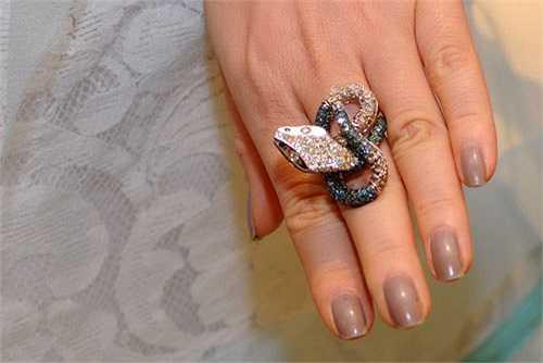 Lý Nhã Kỳ đeo nguyên bộ trang sức hình rắn: từ vòng cổ, đến bông tai, nhẫn, vòng tay của cô là những thiết kế mới, rất tinh xảo từ kim cương trắng và xanh.