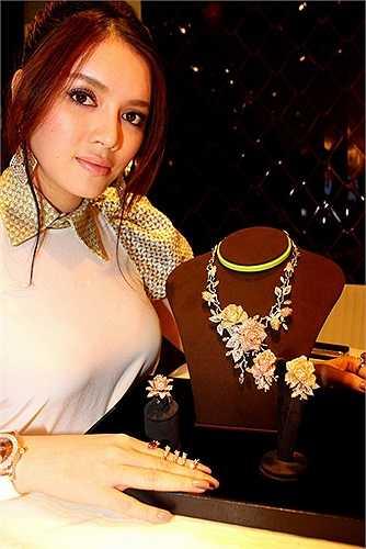 Nhất là sau ồn ào cô khoe đã chi 1,5 tỷ đồng để mua hai chiếc váy hiếm hoi cuối cùng của NTK nổi tiếng lừng danh thế giới Alexander McQueen.