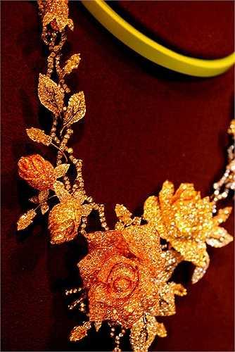 Lý Nhã Kỳ cho biết, bộ nữ trang bao gồm một dây chuyền đeo cổ, hai chiếc hoa tai và một chiếc nhẫn này mang tên Vườn hồng, do một một nhà chế tác nổi tiếng thế giới đang sống tại Ý làm ra.