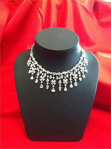 Đây là bộ trang sức được đặt hàng riêng cho Lý Nhã Kỳ bởi nhà thiết kế trang sức người Italy nổi tiếng Paolo Piovan.