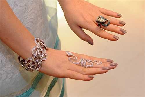 Đã có ít nhất 3 lần cô gây choáng khi khoe 3 bộ sưu tập kim cương có giá trên 10 tỷ.