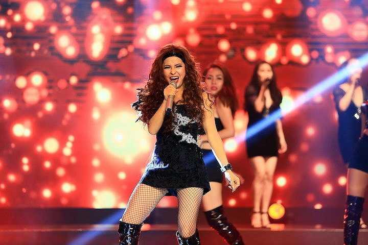 Đêm nhạc R&B chương trình 'Tuyệt đỉnh tranh tài', Trang Nhung trẻ trung đầy bốc lửa khi vừa hát vừa thể hiện ca khúc sôi động 'Crazy in love'