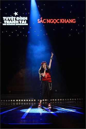 Ngược lại với thổ lộ 'chưa muốn cho con dấn thân vào showbiz', thật bất ngờ, rapper mở màn trình diễn không ai khác chính là Phương Mai, con gái lớn của cô.