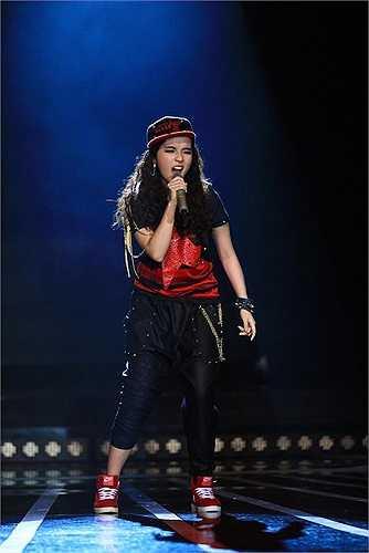 Không chỉ hỗ trợ mẹ luyện tập phát âm và nhảy cùng để ủng hộ mẹ, cô con gái của ca sỹ trăm tỷ tỏ ra rất 'đắc lực' trong vai trò mới này với màn rap điêu luyện.