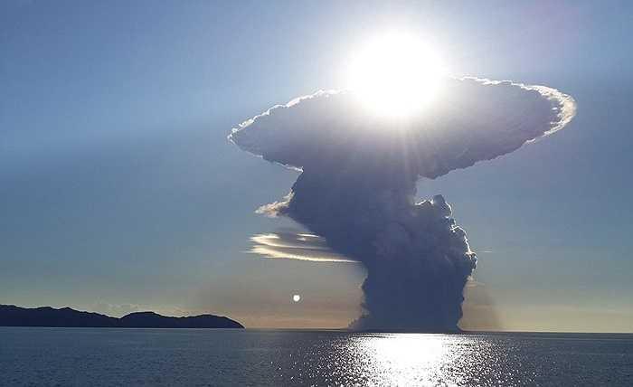 Một du khách may mắn chụp lại những hình ảnh kinh hoàng về 'cây nấm' khói cao hơn 19km trên miệng núi lửa Sangeang Api