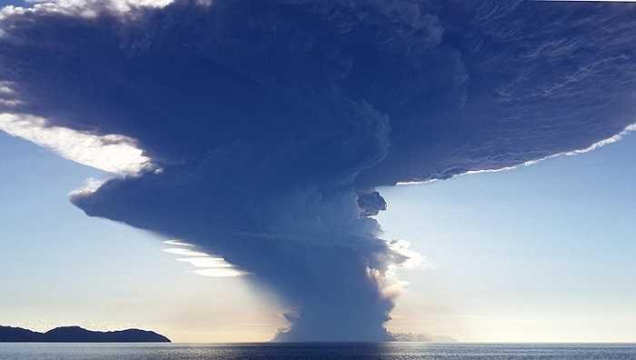 Hòn đảo có ngọn núi lửa phun trào có tên Sangean