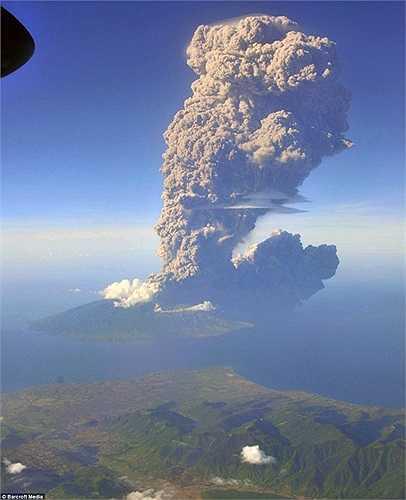 Có nhiều chuyến bay đã phải hoãn vì đám khói bụi khổng lồ sinh ra trên đảo Sangean sau khi núi lửa Sangeang Api phun trào