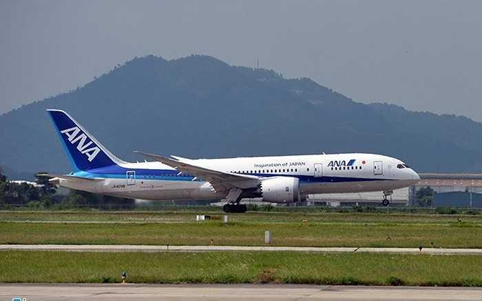 Chiếc máy bay hiện đại nhất của hãng Boeing - 787 Dreamliner xuất phát từ Haneda (Tokyo, Nhật Bản) đã hạ cánh xuống sân bay Nội Bài (Hà Nội) 12h trưa 1/6. Máy bay có chiều dài thân 57m, chiều rộng sải cánh 60m, tầm bay 14.170 đến 15.200 km tùy theo bố trí hành khách. Đây là mẫu máy bay thân rộng thứ 3 của Boeing sau 747SP và 777-200LR với sải cánh rộng hơn chiều dài thân.