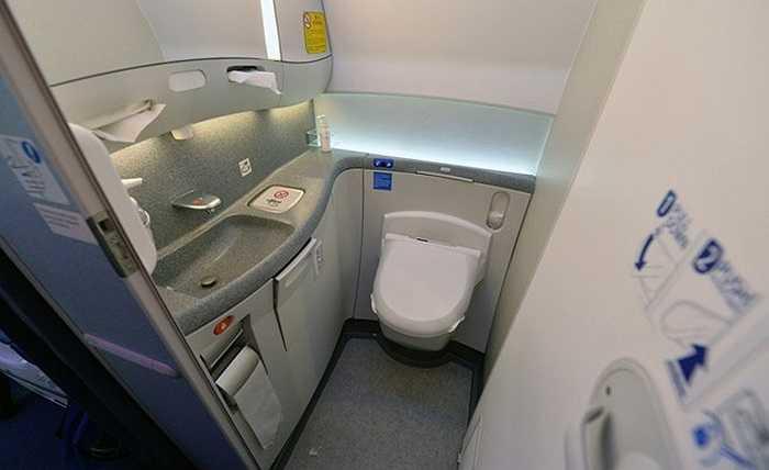Hệ thống toilet với tất cả 5 nhà vệ sinh trải dài dọc theo từng khoang, được trang bị hệ thống xịt rửa tự động bằng nước ấm do hãng Toto, Jamco và Boeing đồng thiết kế.