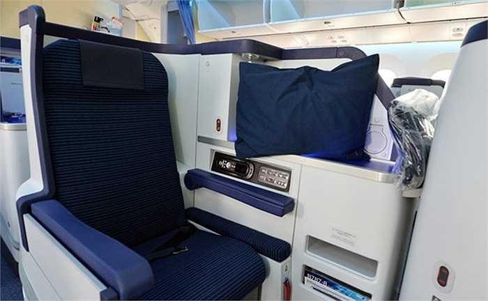 Mỗi một chỗ ngồi của khách được độc lập, ngăn cách với hàng ghế bên cạnh. Tại khoang Business Class Staggered này chỉ có 3 ghế một hàng.