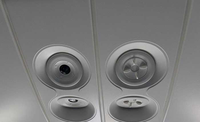 Boeing 787 có tất cả 4 lỗ thông hơi điều hòa không khí trong buồng cabin, nhiều gấp đôi so với máy bay thông thường. Nguyên vật liệu cũng là loại mới giúp tăng khả năng chống ẩm của khung máy bay, làm cho khoang khô hơn.