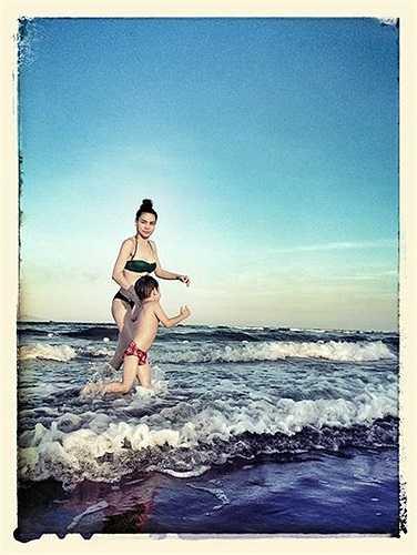 Hồ Ngọc Hà khoe ảnh diện bikini đưa Subeo đi biển. Không có Cường Đô la, hai mẹ con nô đùa hạnh phúc.