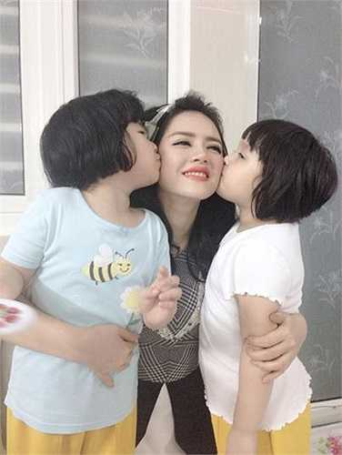 Lý Nhã Kỳ hạnh phúc bên hai cô cháu gái dễ thương.