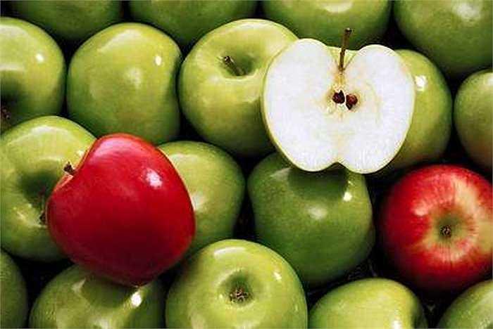 Quả táo: Thuốc trừ sâu thường bám chắc vào vỏ táo, và có thể dễ dàng hấp thụ vào thịt táo bên trong. Hãy rửa táo thật kĩ và tốt nhất là gọt vỏ trước khi ăn.