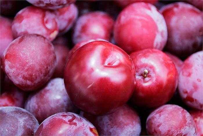 Mận là loại có nhiều chất chua (axit), nó có khả năng phân giải Ca – P và chất protein trong cơ thể, nếu như các chất trên bị mất nhiều, có thể sinh bệnh. Đồng thời, vị chua quá nhiều sẽ không lợi cho tiêu hoá. Ngoài ra, chất chua còn làm thối rữa chân răng.