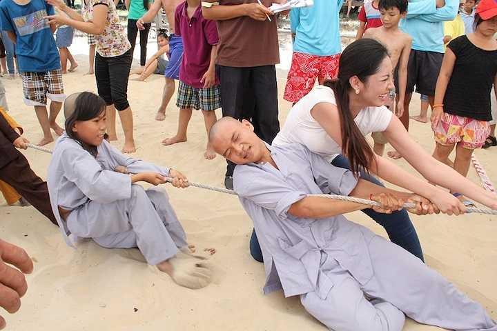 Cô cũng có màn đọ sức với Á hậu Thể thao thế giới 2014 Phạm Hương.