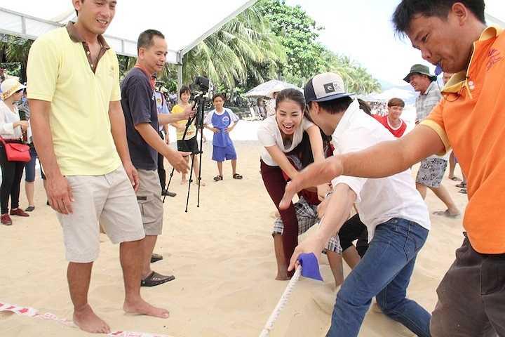 Trong lúc tham gia trò chơi kéo co, hai người đẹp đã rách cả tay, chảy máu nhưng vẫn cố gắng để mang về chiến thắng cho đội của mình.