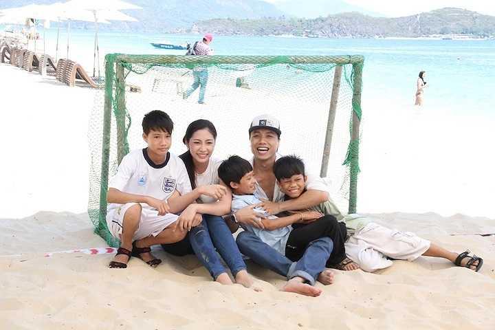 Cô và ca sỹ Dương Quốc Hưng chụp ảnh cùng các thành viên đội bóng khuyết tật.