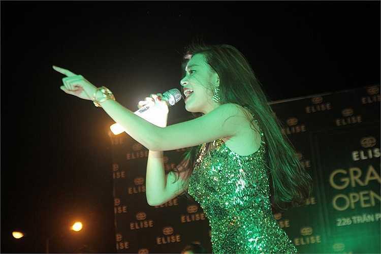Xuất hiện tại một sự kiện, Hoàng Thùy Linh trung thành với phong cách sexy quyến rũ trên sân khấu.