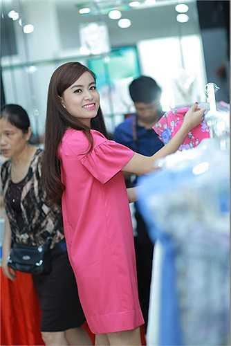 Diện thiết kế đầm suông màu hồng đơn giản, Hoàng Thùy Linh xinh đẹp rạng rỡ.