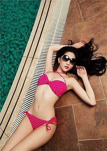 Là Nữ hoàng nội y nên Ngọc Trinh rất có ưu thế khi diện những bộ bikini.