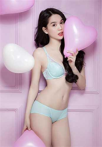 Hầu hết các bộ ảnh bikini cô tung ra đều gây sốt.