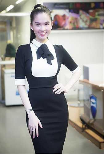 Ngọc Trinh ăn mặc kín đáo khi được mời tham dự chương trình 'Nghĩa tình Hoàng Sa - Trường Sa' diễn ra ngày 1/6 tại TP HCM.