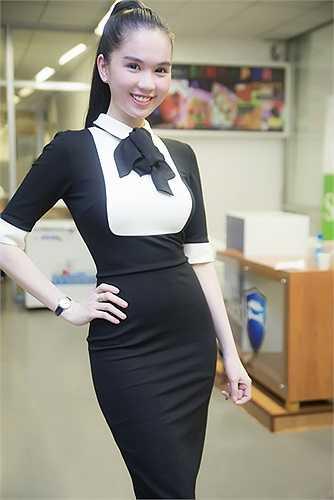 Bộ váy kiểu dáng thanh lịch nhưng may bằng chất liệu vải thun mềm, bó sát cơ thể giúp tôn lên những đường cong hoàn hảo của nữ người mẫu.