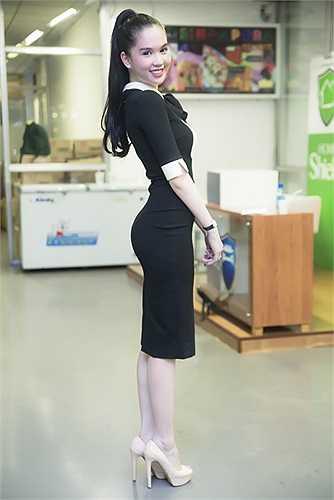 Từ khi kinh doanh cửa hàng thời trang, cách lựa chọn trang phục của Ngọc Trinh cũng tinh tế hơn.