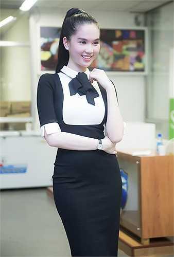 Cô luôn chọn váy áo thanh lịch, gợi cảm vừa phải khi tham dự các sự kiện từ thiện, vì cộng đồng.