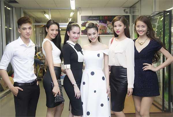 Hai người đẹp khoe dáng cùng các đồng nghiệp Kỳ Hân (thứ hai từ phải qua), Lilly Nguyễn (thứ hai từ trái qua) và Mỹ Nhân.