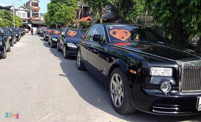 Dàn xe đi rước dâu với 10 chiếc Toyota Camry. Bên cạnh đó là những mẫu xe siêu sang như Rolls-Royce Phantom, Porsche Panamera S.