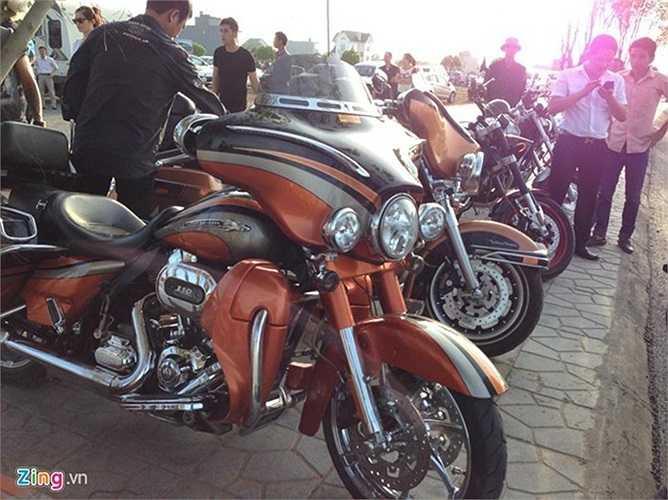 Bên cạnh dàn xe sang, một số mẫu mô tô phân khối lớn của thành viên câu lạc bộ mô tô Hải Phòng cũng góp mặt.