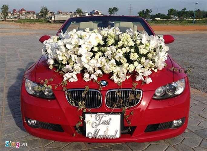 Chú rể cầm lái chiếc mui trần BMW 328i Convertible màu đỏ. Chiếc xe được kết hoa và đeo biển 'Just Married'.
