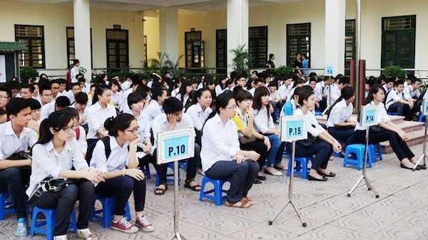 Thí sinh tập trung nghe phổ biến quy chế thi tại Hội đồng coi thi trường THPT Phan Huy Chú (Đống Da, Hà Nội) sáng 1/6.