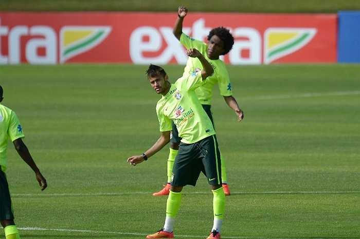 Neymar như thường lệ là tâm điểm của ống kính
