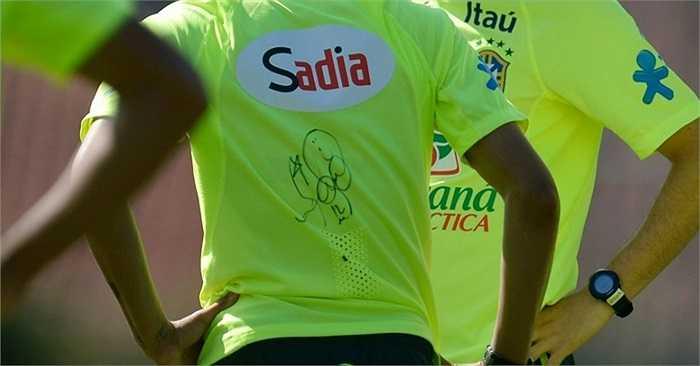 Và áo đấu của Neymar được soi thấy có một 'bút tích'. Nghi vấn được đặt ra, đó là chữ ký, món quà của Bruna Marquezine.