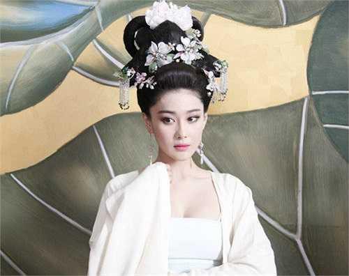 Hầu như tất cả các vương phi, nữ tì đều diện phục trang hết sức khêu gợi và quyến rũ nhất có thể.