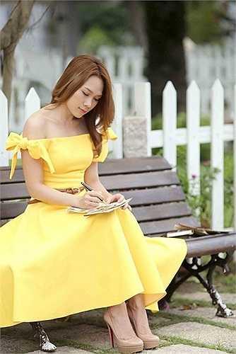 Bộ váy có phong cách nhẹ nhàng đưa Mỹ Tâm vào nhiều danh sách mặc đẹp của tuần.