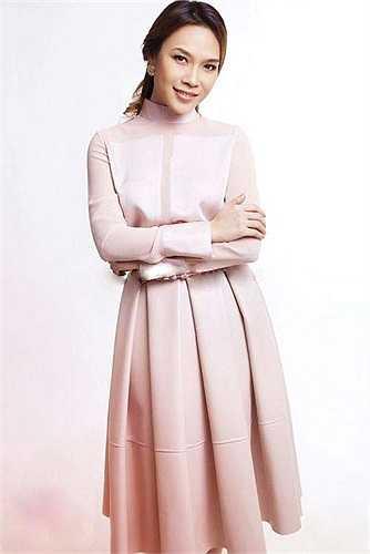 Chiếc đầm có tông màu kem vừa đơn giản vừa sang trọng, hoàn toàn phù hợp với hình ảnh nền nã của người mặc.