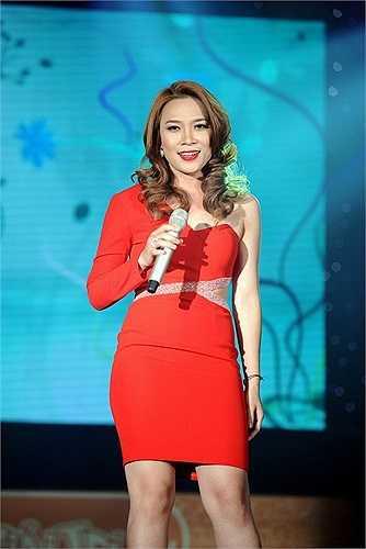 Cách mix trang phục một bên tay áo dài, một bên để vai trần gợi cảm giúp Mỹ Tâm trở nên mới mẻ và lạ lẫm. Chiếc đầm kiểu cách ghi điểm cộng cho nữ giám khảo Vietnam Idol.