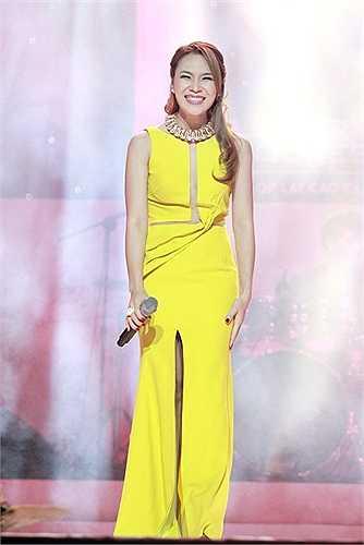 Cô nổi bật trên sân khấu với bộ cánh có điểm nhấn nhá ở vòng eo, chân váy xẻ cao gợi cảm.